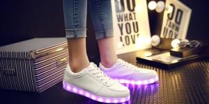 De här uppladdningsbara LED-skorna lyser upp höstmörkret